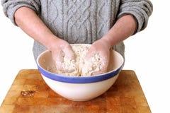 Het maken van brood het kneden deeg Royalty-vrije Stock Afbeeldingen