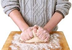 Het maken van brood het kneden deeg Royalty-vrije Stock Afbeelding