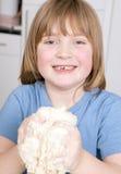 Het maken van brood het kneden deeg Stock Foto