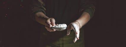 Het maken van brood, retro gestileerde beeldspraak Toegevoegde korrel bakkerij Voorbereiding van brooddeeg stock foto