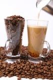 Het maken van caffe latte Stock Foto's