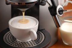 Het maken van cappuccino's Stock Foto