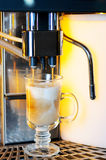 Het maken van capuchino in koffiemachine Stock Afbeelding