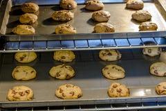Het maken van Chocolade Chip Cookies Stock Foto's