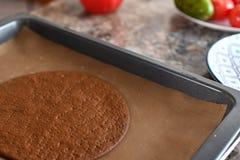 Het maken van Chocoladecake het meisje bakt in de oven in cakeshell royalty-vrije stock foto