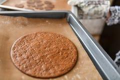 Het maken van Chocoladecake het meisje bakt in de oven in cakeshell stock foto's