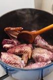 Het maken van coq Au vin stock foto's