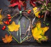 Het maken van de herfstkroon op donkere bloemistlijst Stock Afbeelding