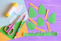 Het maken van de kaart van de Aardedag stap leerprogramma Bomen en grasbesnoeiing van gekleurd document, schaar, lijmstok, potloo Stock Afbeeldingen