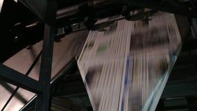 Het maken van de krant van de dag stock footage