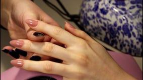 Het maken van de manicure - vrouwelijke handen stock video