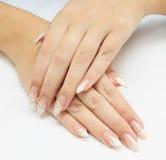 Het maken van de manicure - vrouwelijke handen, die email behandelen royalty-vrije stock afbeelding
