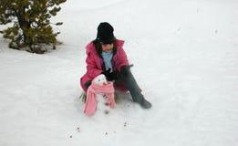 Het maken van de sneeuwman Stock Foto's