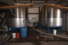 Het maken van de wijn gistingstanks Stock Fotografie