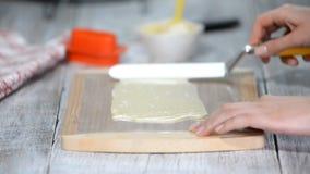 Het maken van decor van gesmolten witte chocolade Het koken procédé stock videobeelden