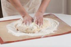 Het maken van deeg door handen bij bakkerij Stock Fotografie