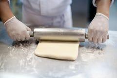 Het maken van deeg door vrouwelijke handen bij bakkerij royalty-vrije stock afbeelding