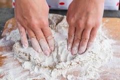 Het maken van deeg voor de cake in het hout stock afbeelding