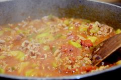 Het maken van deegwaren of souce voor macaroni bolognese stock foto