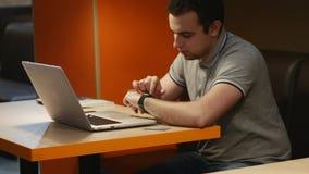 Het maken van diverse gebaren met een vinger op het aanrakingsscherm van een slim horloge wearable apparaat 4K Voorraadlengte stock videobeelden