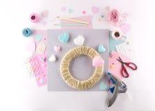 Het maken van diy project Breiende decoratie Ambachthulpmiddelen en levering Het decor van de de valentijnskaartendag van het sei royalty-vrije stock afbeelding