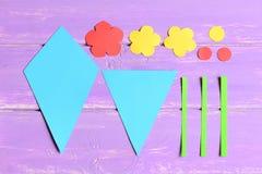 Het maken van document bloeit ambachten voor moeder` s dag of verjaardag stap Peuterkunstleerprogramma Gekleurde document bloemen stock foto