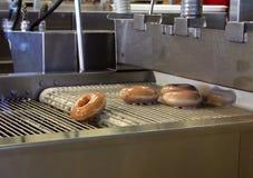 Het maken van Donuts Stock Foto