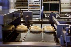 Het maken van Donuts Stock Afbeeldingen