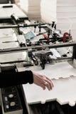 Het maken van dozen op transportband Stock Foto
