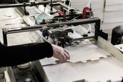 Het maken van dozen op transportband Stock Foto's