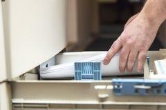 Het maken van drukvoorbereiding in het document dienblad royalty-vrije stock fotografie