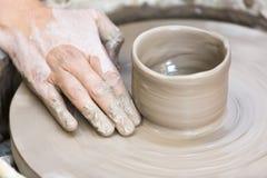 Het maken van een aardewerkkop op het wiel royalty-vrije stock afbeelding