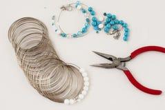 Het maken van een armband van turkoois parels, draadhulpmiddelen Royalty-vrije Stock Fotografie