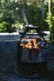 Het maken van een brand bij ons kampeerterrein Stock Afbeelding