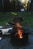 Het maken van een brand bij ons kampeerterrein Royalty-vrije Stock Foto