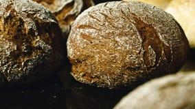 Het maken van een brood van brood in de bakkerij Brood van brood op de productielijn in het bakkersbedrijf De fabriek van het bro stock video