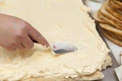 Het maken van een cake Stock Afbeeldingen