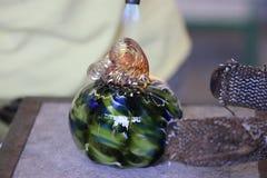 Het maken van een glaspompoen en het vastmaken van de stam, macro dichte omhooggaand Royalty-vrije Stock Foto's