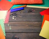 Het maken van een groetkaart Gekleurd met de hand gemaakt document, applique, Royalty-vrije Stock Afbeeldingen