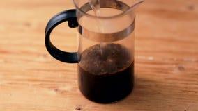 Het maken van een kop thee Het gieten met gekookt water stock footage