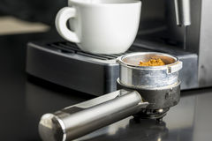Het maken van een kop van espresso stock afbeelding