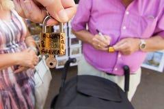 Het maken van een liefdeslot voor pont des arts Parijs stock foto's