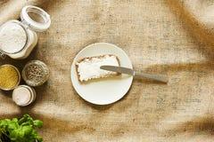 Het maken van een organische sandwich die een brood buttering Royalty-vrije Stock Afbeeldingen