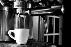 Het maken van een perfecte dubbele espresso Royalty-vrije Stock Fotografie