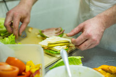 Het maken van een Sandwich Stock Foto