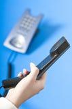 Het maken van een telefoongesprek op het kantoor Stock Foto's
