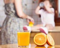 Het maken van een vers gedrukt jus d'orange royalty-vrije stock foto's