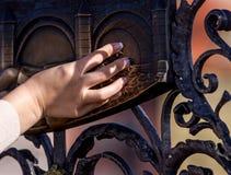 Het maken van een Wens De handplaque van de vrouw met Heilige John van Nepomuk op de Brug van Charles in Praag Royalty-vrije Stock Foto's