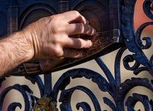 Het maken van een Wens De handplaque van mensen met Heilige John van Nepomuk op de Brug van Charles in Praag Stock Fotografie
