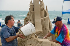 Het maken van een zandkasteel Royalty-vrije Stock Fotografie